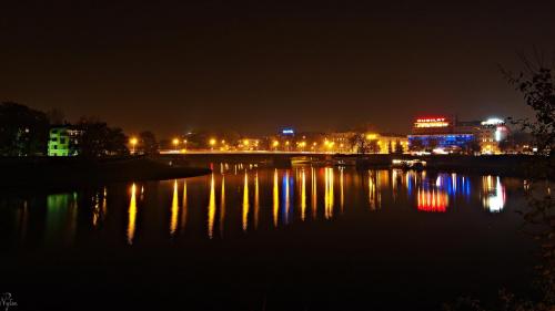 Wieczorne long-exposure z Krakowa, a na nim Wisła z Mostem Dębnickim, a zaraz obok Jubilat - chyba najstarszy w mieście dom handlowy. Prawda, że światła odbijające się w wodzie przypominają nieco płomienie z gigantycznych palników? :)