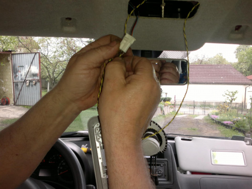 Przeciągnięte pod podsufitką przewody z tylnych lampek polutować do lampki głównej (do styków żarówki)