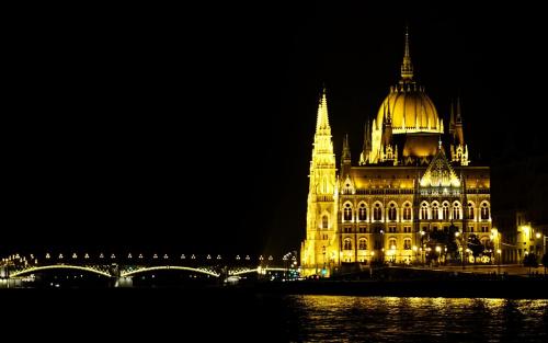 Parlament i most Małgorzaty w Budapeszcie, nocą z Dunaju (P)