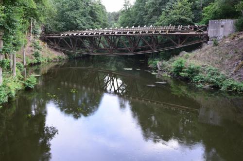 """Most kolejowy, który """"zawisł"""" nad Gwdą."""