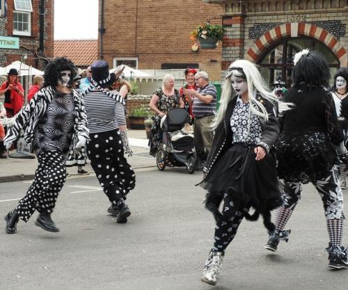 Witam po przerwie:) W Sheringham /Norfolk Anglia/ co roku jest Festival tancow ludowych-tzw Morris Dancing .Przyjezdzaja ciekawe kolorowe zespoly i tancza na ulicach.Fajna muzyka ,fajna zabawa.