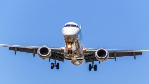 Srebrzyste podwozie lądującego samolotu.